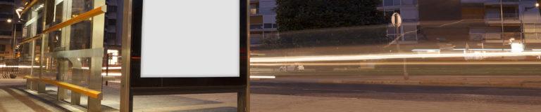 Beleuchtetes Wegeleitsystem bei Nacht
