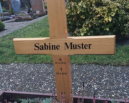 Folienbeschriftung eines Grabkreuzes