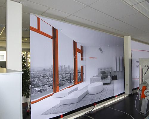 Großformatige Werbeplane im Innenraum
