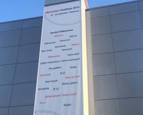 Langes Werbebanner mit Spannrahmen an Gebäudefassade