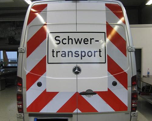 Sicherheitsbeschriftung mit Reflexfolie auf Rückseite eines Transporters