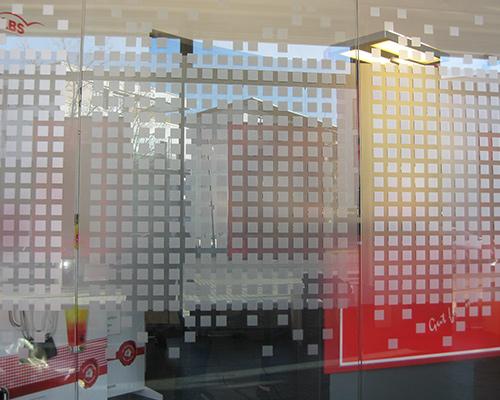 Sichtschutzfolie an Glaswand eines Besprechungszimmers