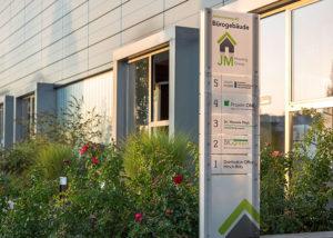 Außen-Wegeleitsystem eines Bürogebäudes von JM Housing Group