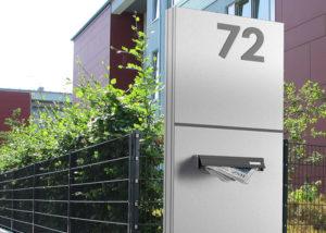 Hausnummer und Briefkasten an Schild